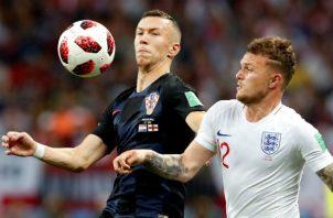 El delantero croata Ivan Perisic y el defensa inglés Kieran Trippier (der.) dsiputan el balón. Foto: EFE