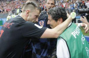 El jugador de Croacia Iván Rakitic (i) se disculpa después de chocar con el fotógrafo Yuri Cortez (d) en la celebración del gol de Mario Mandzukic. Foto EFE