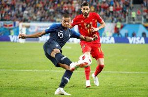 Kylian Mbappé disputa el balón con el delantero belga Yannick Ferreira-Carrasco. Foto EFE