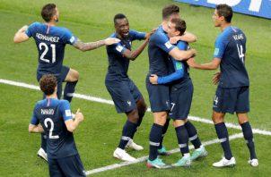 Antoine Griezmann  es felicitado por su gol.  Foto EFE