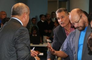 """El presidente de la Comisión de Salud, Crispiano Adames, se sacó de encima el debate, y afirmó que le corresponde al Ejecutivo y al MEF buscar la """"fórmula financiera"""". /Foto Asamblea"""