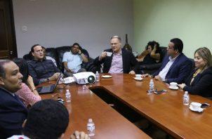 Riccardo Francolini junto a dirigentes del PRD
