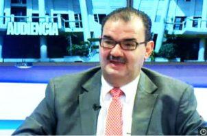 El abogado Carlos Carrillo da explicaciones sobre el caso de la Caja de Ahorros. Foto: Archivo