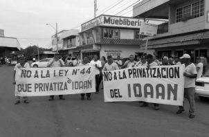 Trabajadores del Idaan de Aguadulce, protestan por intentos de privatización de la entidad.