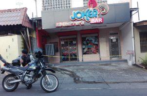Comenzaron las investigaciones para dar con los asaltantes de un bar. Foto/Eric Montenegro