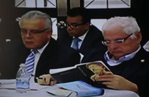 El expresidente Ricardo Martinelli se mantuvo atento a su lectura mientras se desarrollaba la audiencia. Víctor Arosemena