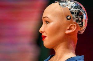 Sophia es la primera conferencista no humana. Foto/EFE