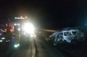 Las víctimas murieron calcinadas al incendiarse el vehículo.  @tvntrafico