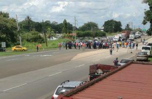 Manifestantes de Calobre exigen que se cumplan las promesas de carreteras. FOTOS/Cortesía