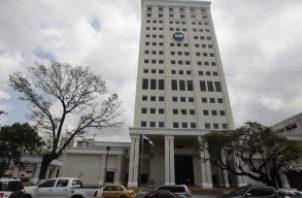 Sede central de la Caja de Ahorros. Foto/Archivos