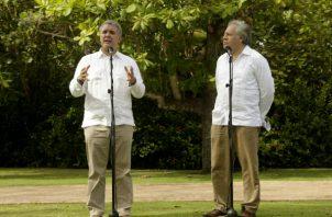 El presidente de Colombia, Iván Duque (i), y el secretario general de la OEA, Luis Almagro (d), durante una reunión en la Casa de Huéspedes Ilustres de Cartagena. FOTO/EFE