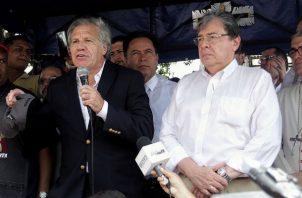 Luis Almagro escuchó las apreciaciones de los emigrantes que transitan por el puente internacional Simón Bolívar. FOTO/EFE