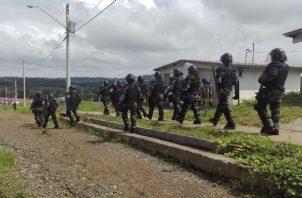 Unidades del Control de Multitudes de la Policía Nacional se mantienen en Loma de Mastranto en La Chorrera.