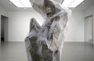 McGregor saca pecho de la escultura.