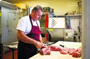 Aumento en crimen y economía estancada empujan a bosnios a los suburbios. Carnicería de los Iriskic. Foto/ Carolina Hidalgo para The New York Times.