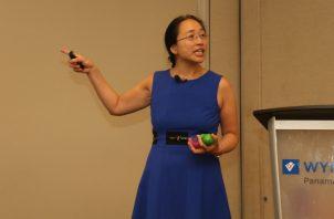 Dra. Eugenia Cheng durante la conferencia.  Cortesía