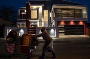 El Soweto postapartheid tiene zonas de opulencia, pero muchos aún viven en la pobreza. Foto/ Joao Silva/The New York Times.