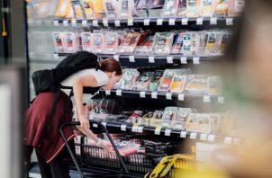 """""""Hora Feliz"""" en el S-market en Helsinki, cuando productos son rebajados 30 por ciento y luego 60 por ciento. Foto/ Juho Kuva para The New York Times."""