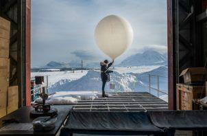 Un miembro de Instituto Alfred Wegener trabaja con un globo para experimentos que serán realizados en hielo. Foto/ Esther Horvath para The New York Times.