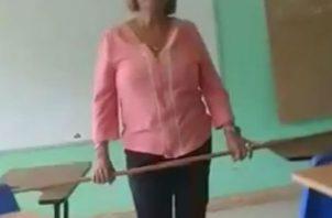 La docente diariamente intimida a sus alumnos al impartir clases con un palo en la mano. Foto: Mayra Madrid.