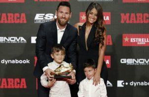 Leo Messi con su familia recibe la Bota de Oro Foto EFE