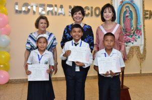 Entrega de certificados y demás presentes a los chicos ganadores.  Foto: Cortesía