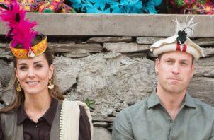 Kate Middleton y el príncipe William durante su visita a Pakistán. Foto: EFE.