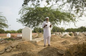 Una serie de asesinatos-violaciones de niños tiene inquieto a un distrito de Punjab. Rezando junto a una tumba. Foto/ Saiyna Bashir para The New York Times.