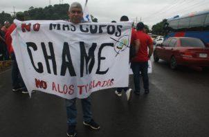 Protestaban contra el traslado y otorgamiento de nuevos cupos para buses y taxis. Foto: Eric A. Montenegro.