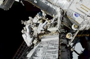 Imagen de la NASA donde se ven las astronautas Koch y Meir afuera Estación Espacial Internacional. Foto: AP.