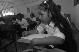 Aprender a hablar es natural, leer y escribir son procesos simbólicos que además de la inteligencia incluyen la visión, oído, y motricidad, por tanto es necesario dar más tiempo y utilizar más técnicas que motiven y faciliten su adquisición. Foto: Archivo.