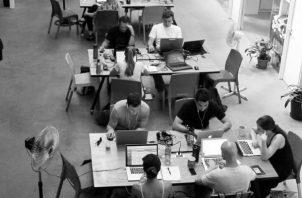 El trabajo se realiza en un lugar alejado de las oficinas centrales o de las instalaciones de producción, mediante la utilización de las nuevas tecnologías. Foto: EFE.