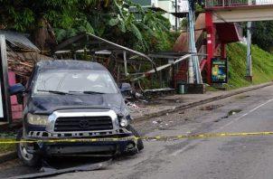 El conductor del vehículo, tipo pick up, perdió el control y se estrelló contra la parada de buses que está ubicada a la altura de Villa Lorena.