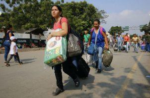 Migrantes venezolanos cruzan el puente fronterizo que los lleva a Cúcuta. Foto: Archivo/Ilustrativa.