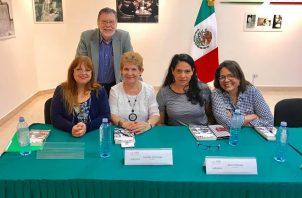 Danae Brugiati Boussounis junto a uno de sus mentores, el autor y editor Enrique Jaramillo Levi y otras distinguidas escritoras. Foto: Cortesía