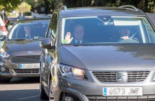 El rey Juan Carlos, invitado a la boda de Rafa Nadal y Mery Perellóa, a su llegada en coche a Fortalesa. Foto EFE