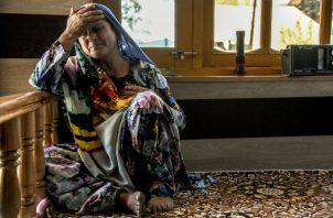 Saja Begum, madre de Amir Farooq Dar, pasó horas sorteando obstáculos mientras iba a hospitales y farmacias en busca de un antídoto. Foto/ Atul Loke para The New York Times.