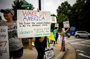 Casi todos los Estados de EU tiene al menos un grupo antivacunas. Una protesta en Atlanta. Foto/ Audra Melton para The New York Times.