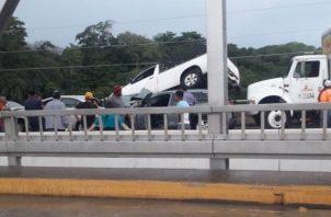Del fuerte impacto, uno de los autos por poco cae al Río Santa María, en Divisa. Foto @TraficoCPanama