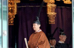 El emperador Naruhito y la emperatriz Masako saludan luego de la ceremonia de ascensión. Foto: