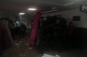 El primer choque entre estudiantes universitarios y los antimotines se dio dentro del recinto legislativo. Foto de Víctor Arosemena