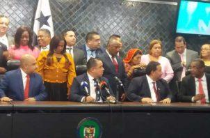 Luego de aprobado el segundo bloque de las reformas, en primer debate, el presidente Marcos Castillero leyó el comunicado en el que explicaron su cambio de posición. Cortesía