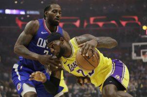 Kawhi Leonard (izq.) en cobertura sobre LeBron James. Foto AP