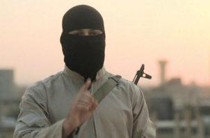 Un militante del Estado Islámico (EI) hablando encapuchado a una televisora árabe. Foto: Archivo/Ilustrativa.