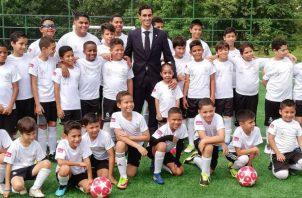 Álvaro Arbeloa con los niños de la Fundación Amigos del Real Madrid Foto EFE