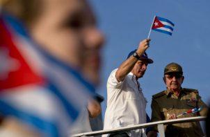 El actual presidente cubano Miguel Díaz-Canel (izq.) y Raúl Castro en un mitin en La Habana. Foto. Archivo/Ilustrativa.