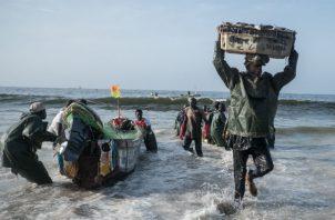 El Hadji Macoura Diop, un pescador senegalés, volvió a casa tras no poder llegar a Europa. Lo intentó dos veces. Foto/ Yagazie Emezi para The New York Times.