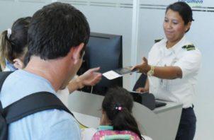 Si el menor viaja acompañado de ambos padres no es necesario Migración en Línea. Foto de cortesía