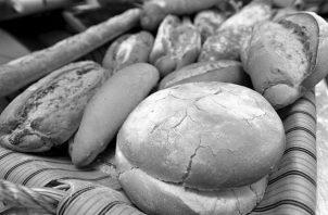 Todavía existen algunos establecimientos que venden panes sin pesarlos, a pesar de que tienen las balanzas o pesas a la vista y otros carecen de los precios por peso. Foto: EFE.