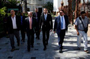 Juan Guaidó, (cen.) líder de la Oposición de Venezuela y reconocido por muchos países como el presidente interino del país, llega a una sesión de la Asamblea Nacional venezolana en Caracas, el 1 de octubre. Foto/ Manaure Quintero/Reuters.